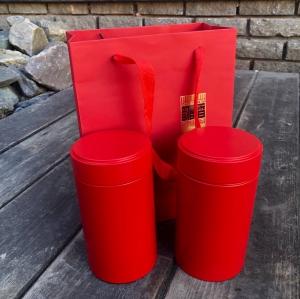 Подарочный набор: сумка (картон)+2 банки (жесть) высота 15,3, диаметр 8,3. Цвет - красный