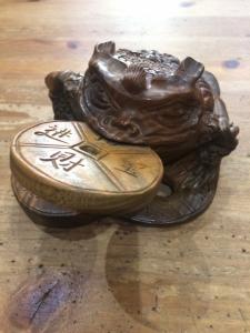 Сувенир- жаба из сандала